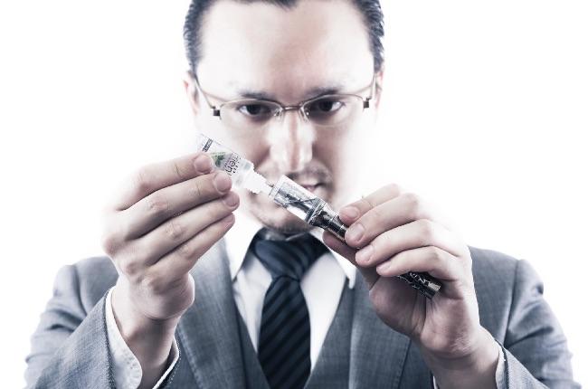 電子タバコにリキッドを充填する男性
