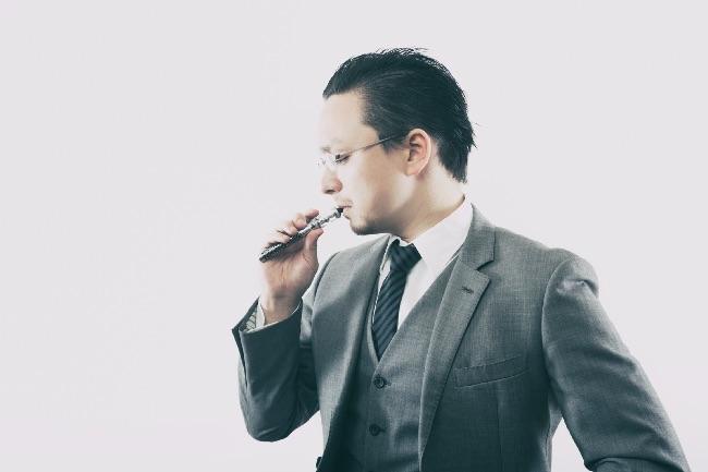 電子タバコを吸引する男性
