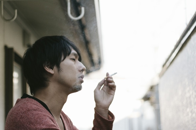 タバコに依存している男性