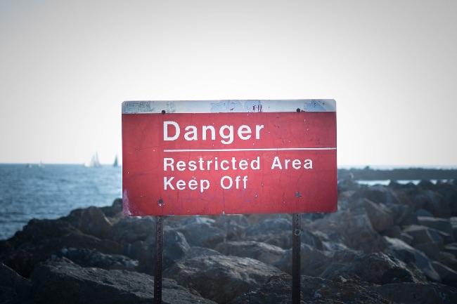 危険を表示する看板