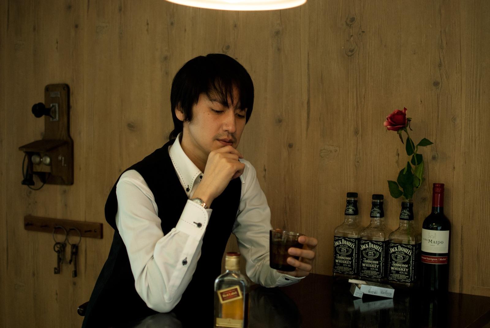 タバコを嗜む男性