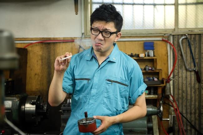 工場でタバコを吸う男性