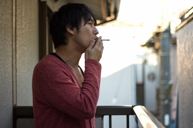 タバコのポイ捨てをしてる男